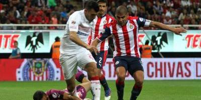 Chivas saca empate que le da ventaja ante Toluca