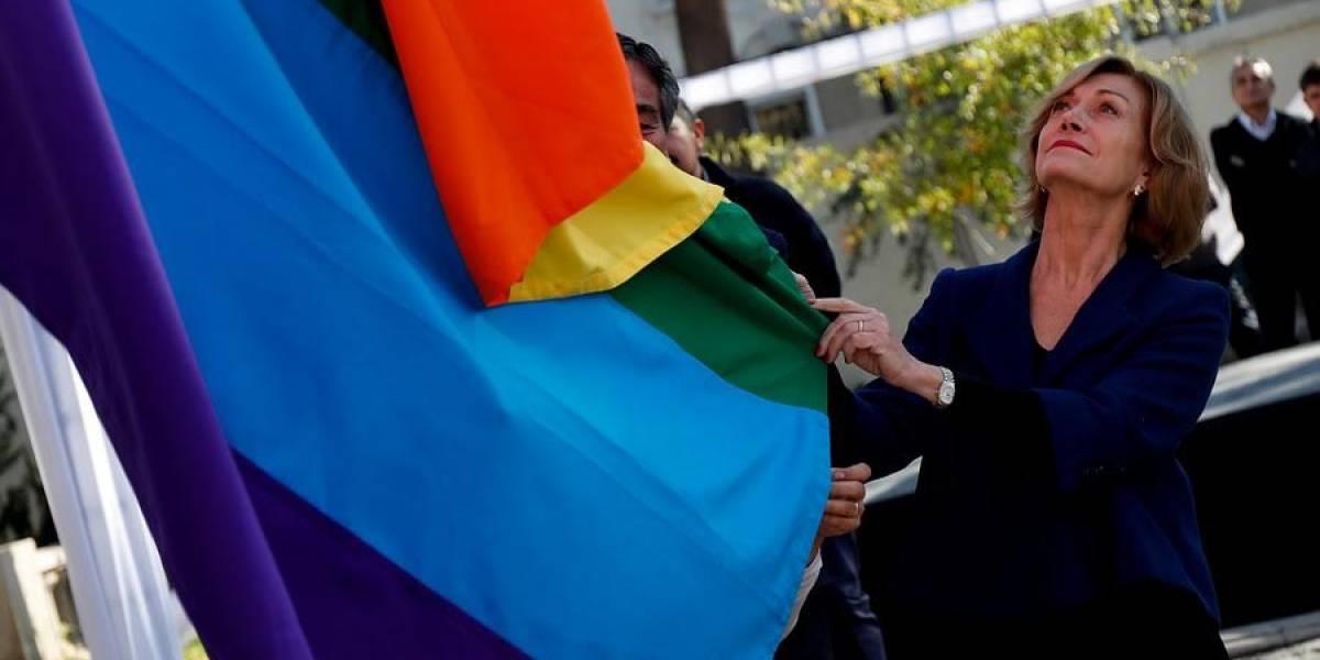"""Alcaldesa Evelyn Matthei izó en Providencia """"bandera del arcoíris"""" para conmemorar el día contra la discriminación a minorías sexuales"""