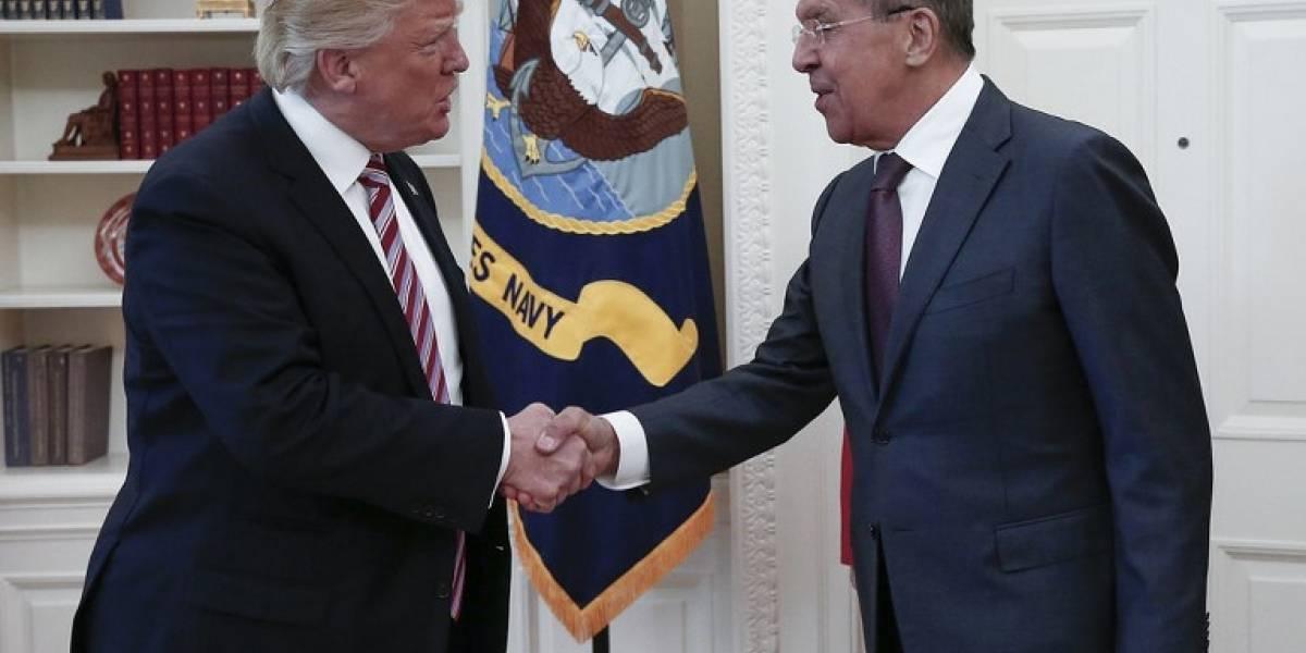 """La defensa de Trump tras polémica reunión: """"Tengo derecho absoluto a compartir información"""" con Rusia"""