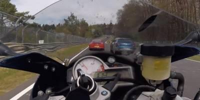 Así se salvó un motociclista de un choque en Nürburgring