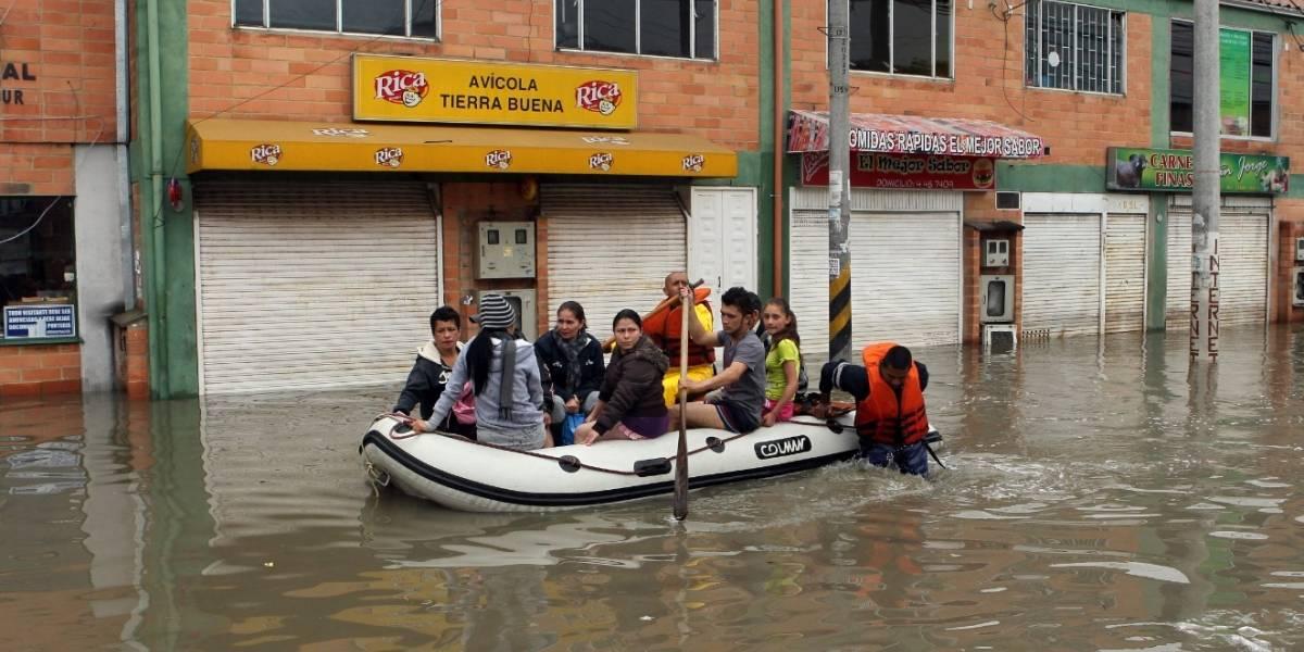 Bogotanos aprovechan la lluvia para divertirse con las inundaciones
