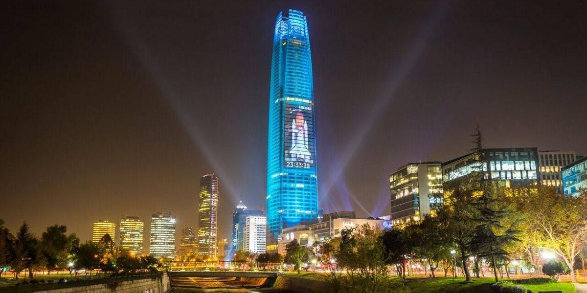 Con gran espectáculo de luces en el Costanera Center se lanzó el S8 y S8+
