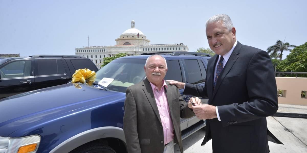 Rivera Schatz entrega autos a seis municipios