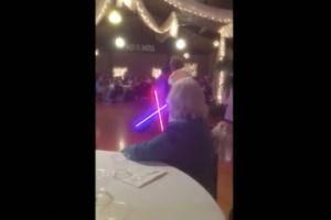 Fans de Star Wars festejan boda con duelo de lightsaber