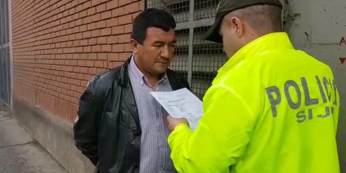 Ordenan detención domiciliaria y cárcel para hombres que atacaron a Policía en Transmilenio