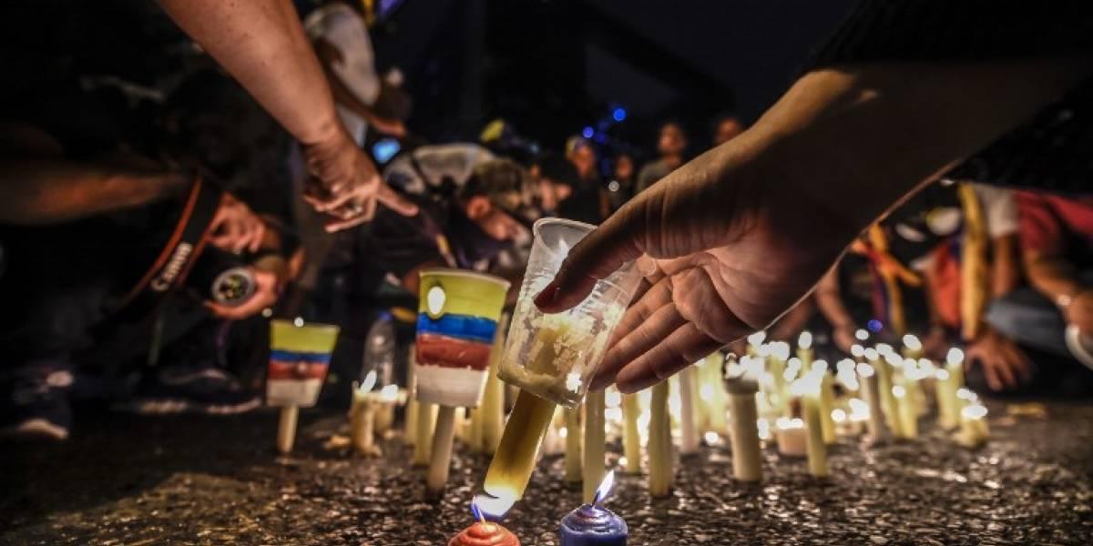 Opositores venezolanos conmemoraron con velas a los 43 fallecidos en protestas
