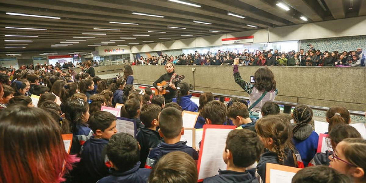 Más de 10 mil estudiantes entonaron temas de Violeta Parra al unísono a lo largo del país