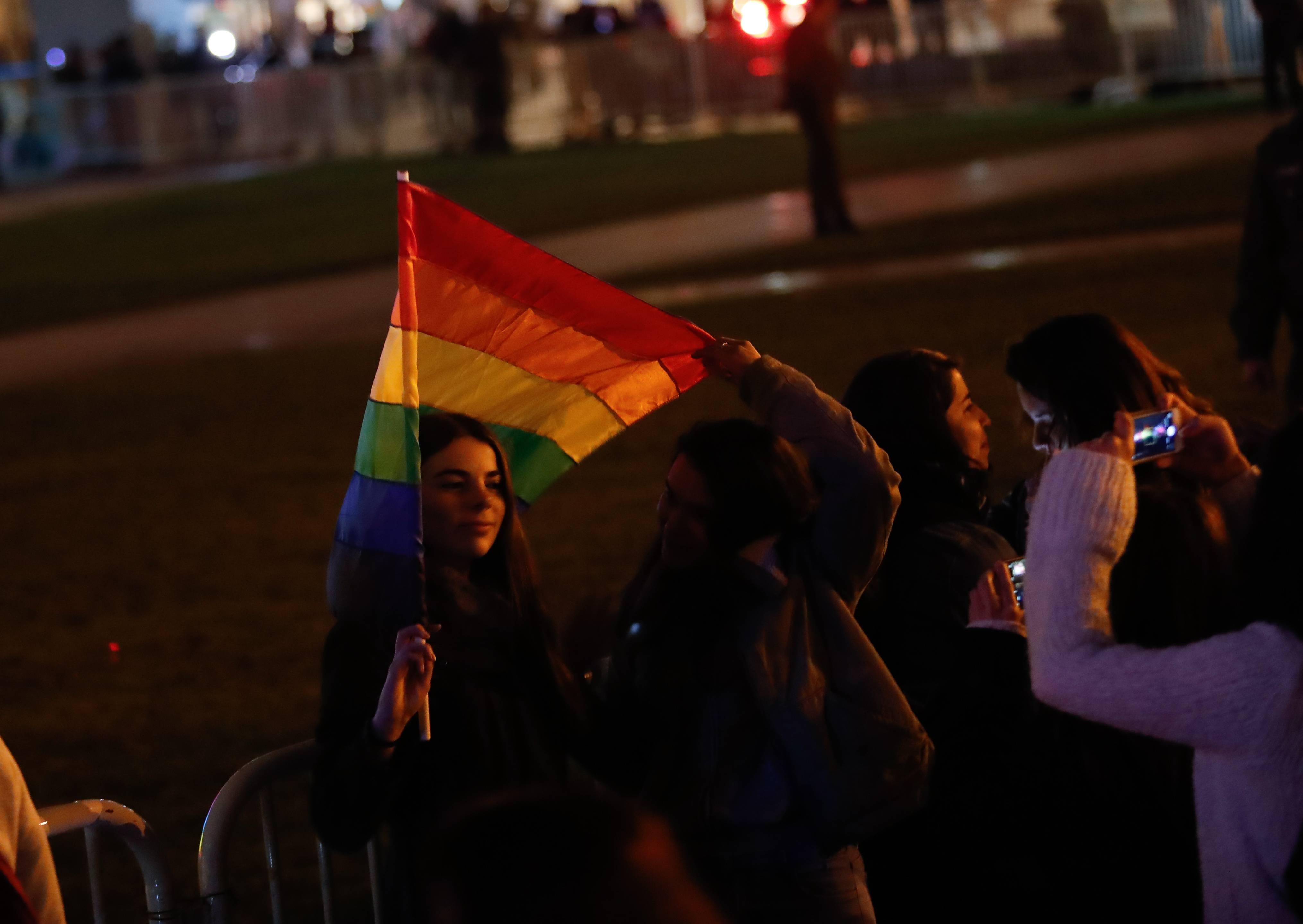 Palacio de la Moneda iluminado con colores de la Diversidad Sexual
