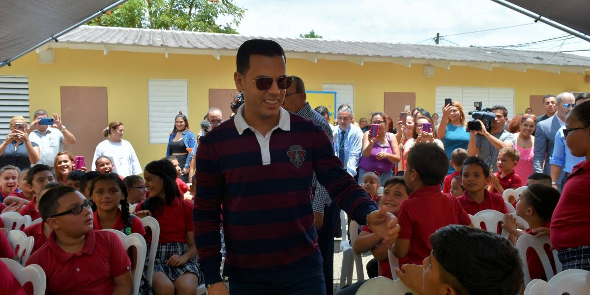 Tito El Bambino sorprende a estudiantes de escuela en Las Marías