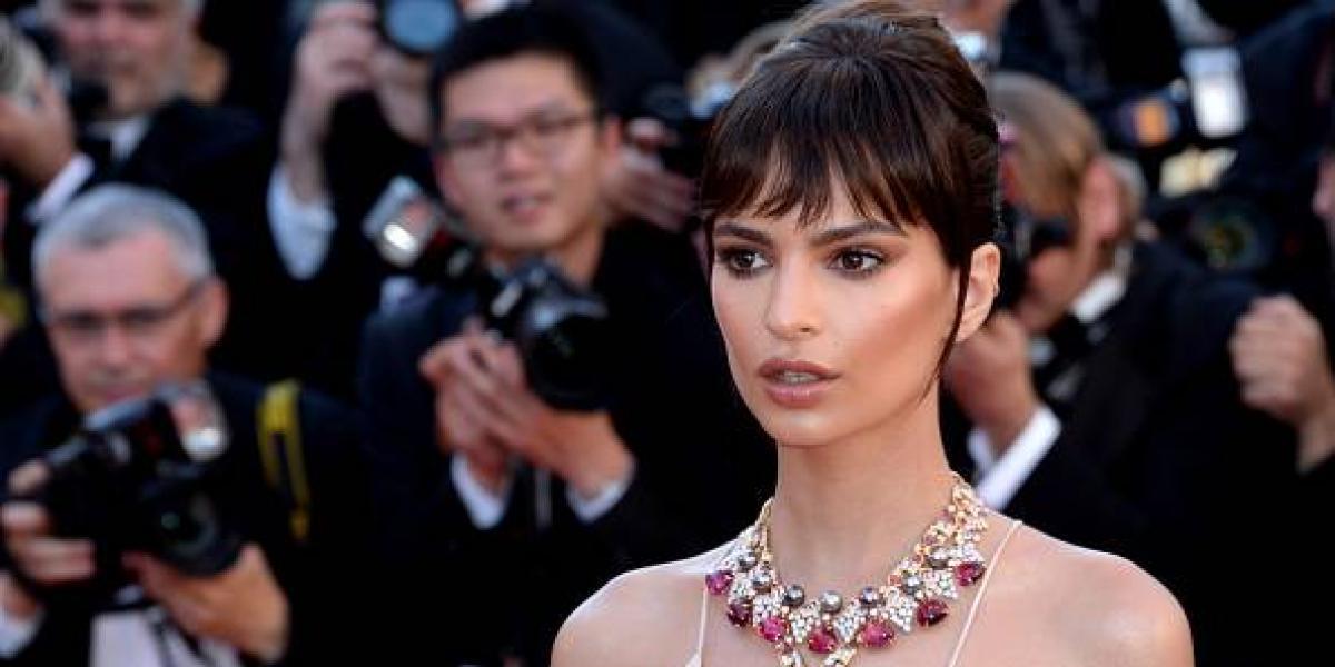 Emily Ratajkowski deslumbra en Cannes con un sexy vestido y pronunciado escote