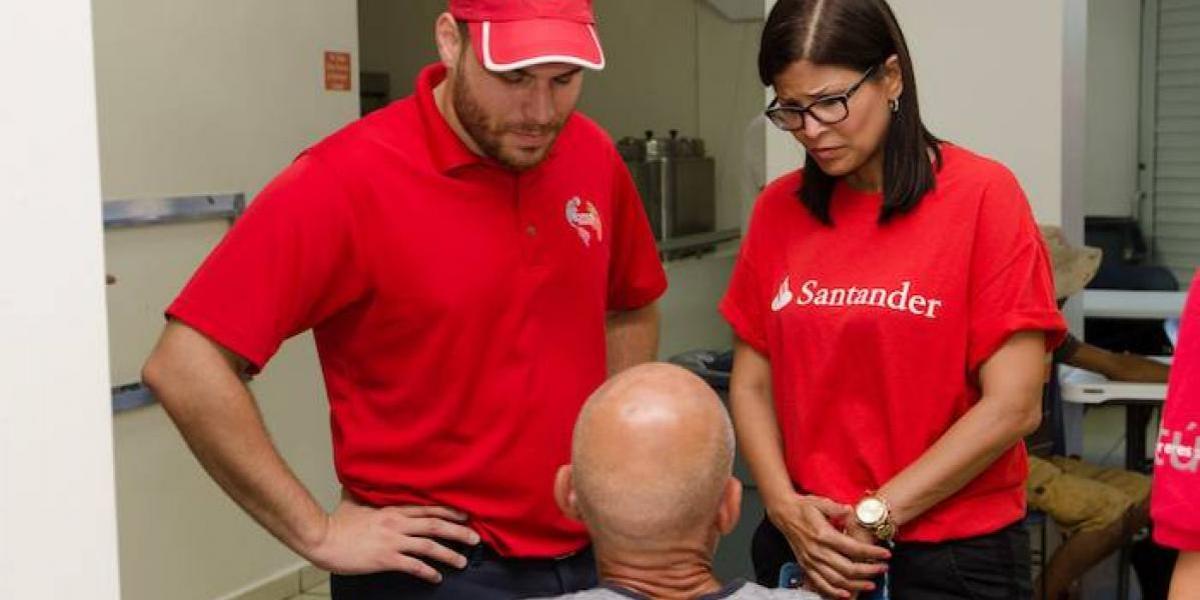 Santander entrega artículos de higiene a personas sin hogar