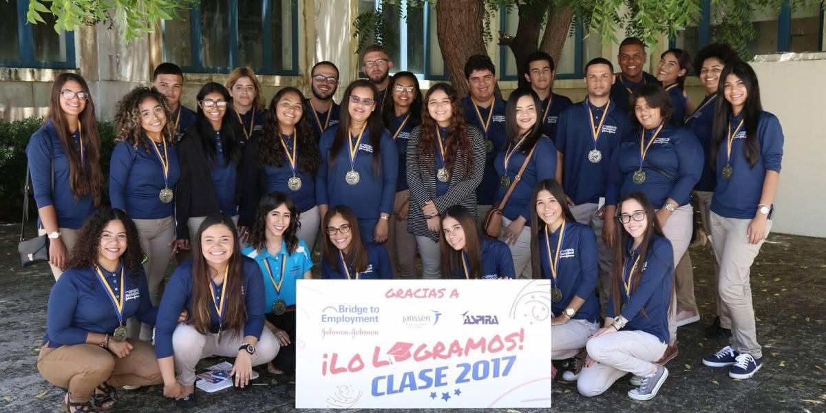 Estudiantes completan programa de puente al empleo en farmacéutica