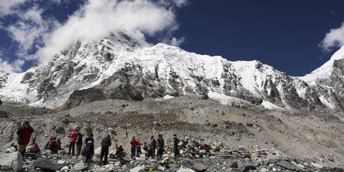 Detienen a sudafricano por subir al Everest sin permiso