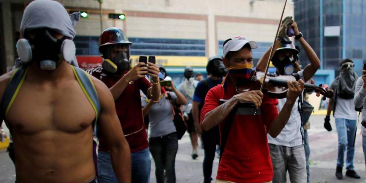 Venezuela: El violinista que enfrentó las bombas por tocando música por cinco horas