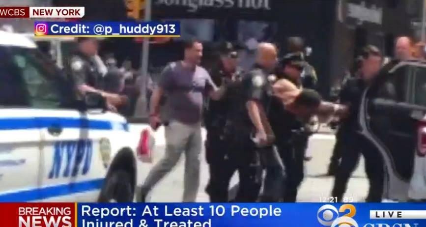 Momento en que oficiales de la Policía arrestan al sospechoso de arrollar con su vehículo a un grupo de personas en Times Square en Nueva York. / Captura de pantalla: CBS News