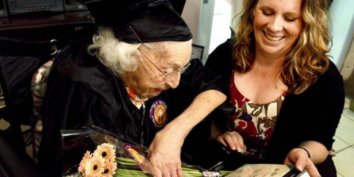 Mujer de 105 años recibe diploma honorífico de secundaria