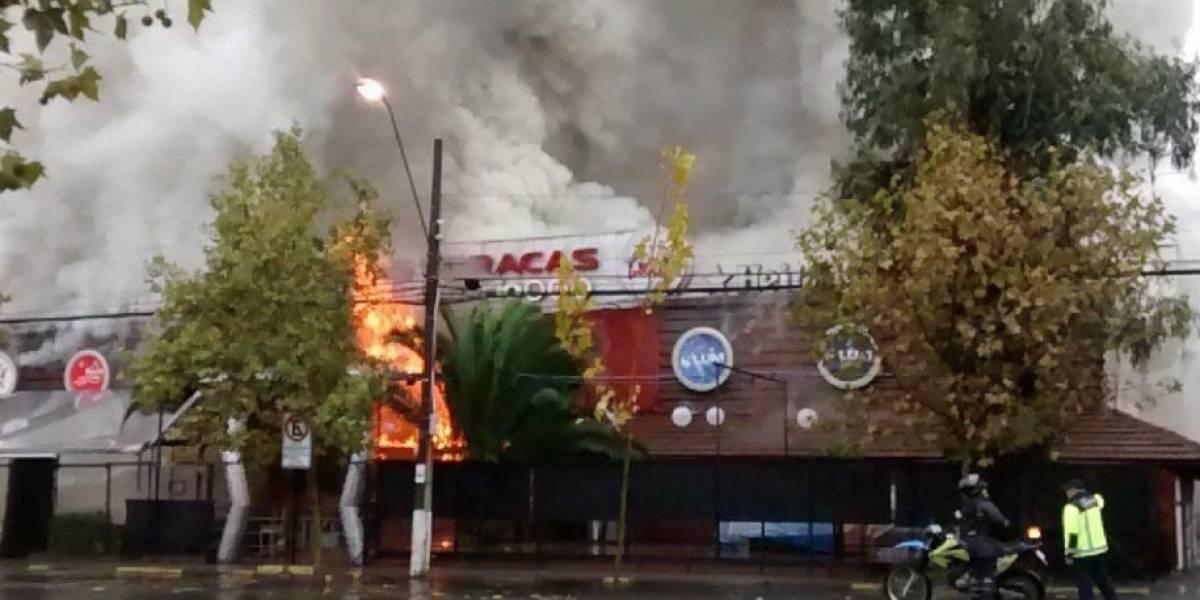 """Incendio arrasa a la discoteca """"Las Urracas"""" y genera cortes de tránsito en Vitacura"""