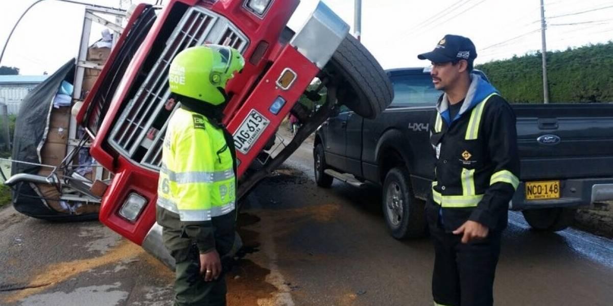 ¡Atención! Camión cargado de papel se volcó y dificulta la movilidad a esta hora