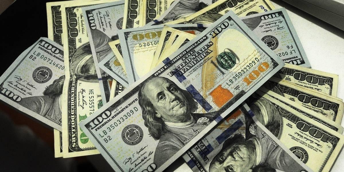 Dólar se dispara $10 al inicio de la jornada por crisis políticas en EEUU y Brasil