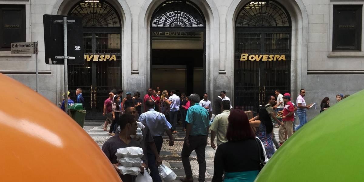 Ibovespa diminui perdas após retomada no exterior