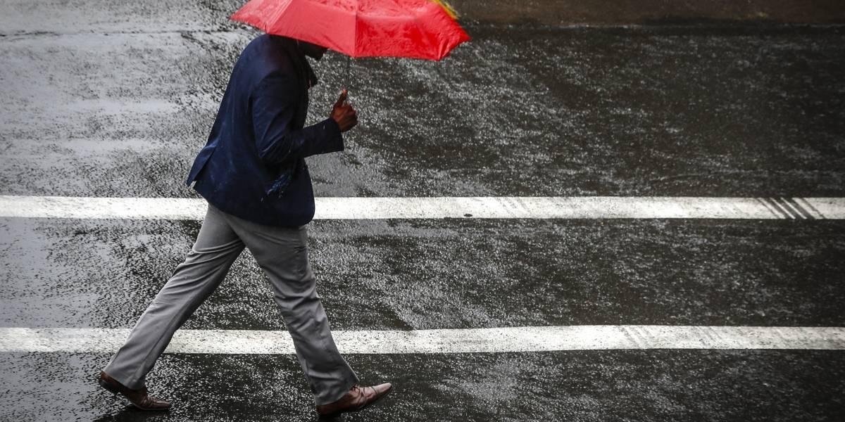 Intensas lluvias provocan cortes de luz y anegamientos de calles en Santiago