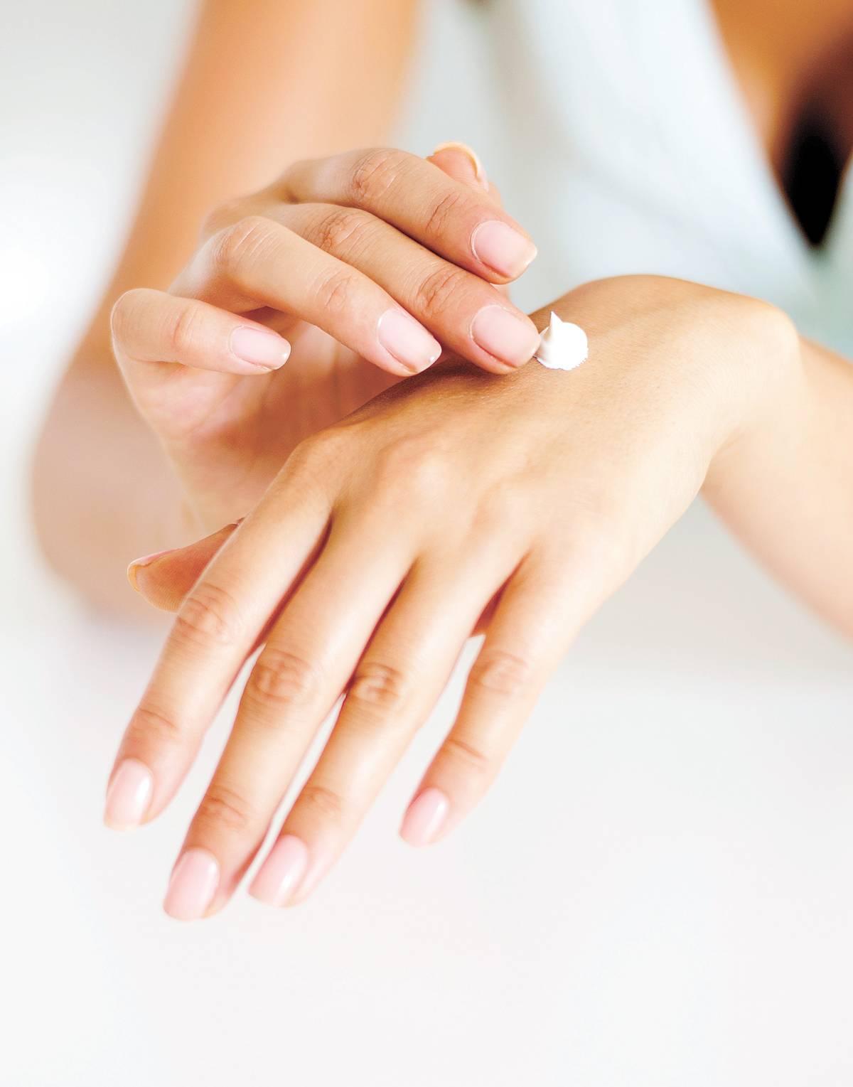 Os cremes para as mãos tendem a ser mais espessos, porém com textura mais seca para evitar desconfortos. Também é possível encontrar hidratantes com protetor solar   Image Source/ Folhapress