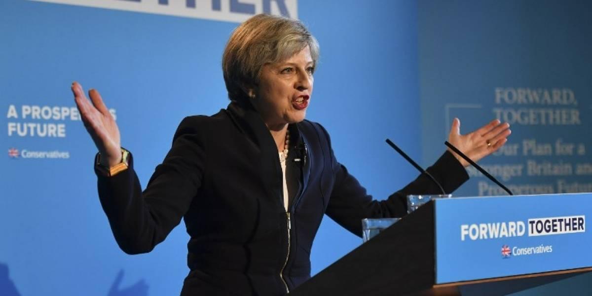 Primera ministra británica pretende cobrar el doble de impuestos a empresas que contraten extranjeros