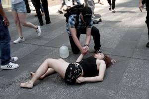 Vítima sendo atendida após atropelamento na Times Square