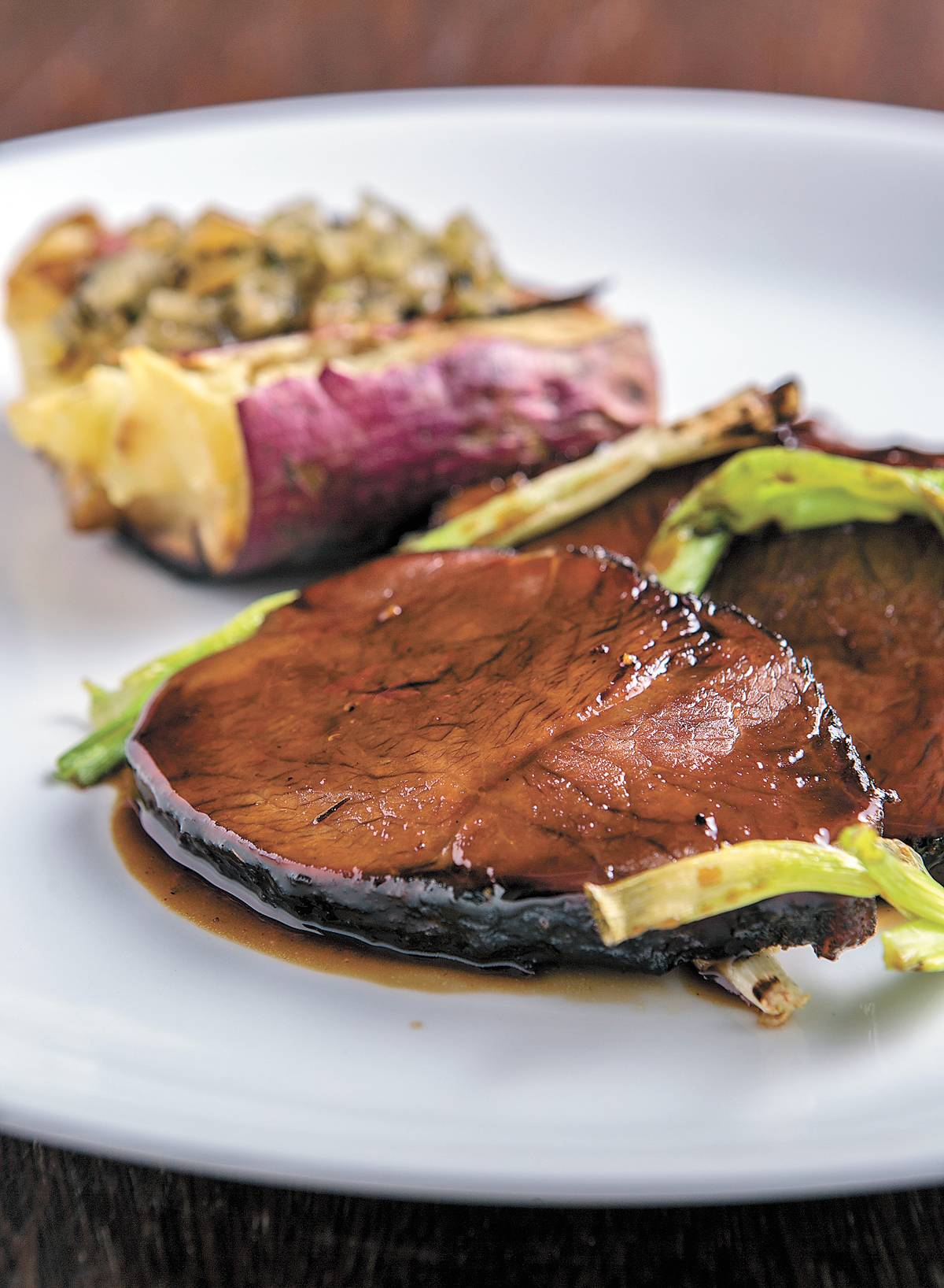 Peito bovino com batata doce na brasa e cebolina tostada | Ricardo D'Angelo/ Divulgação