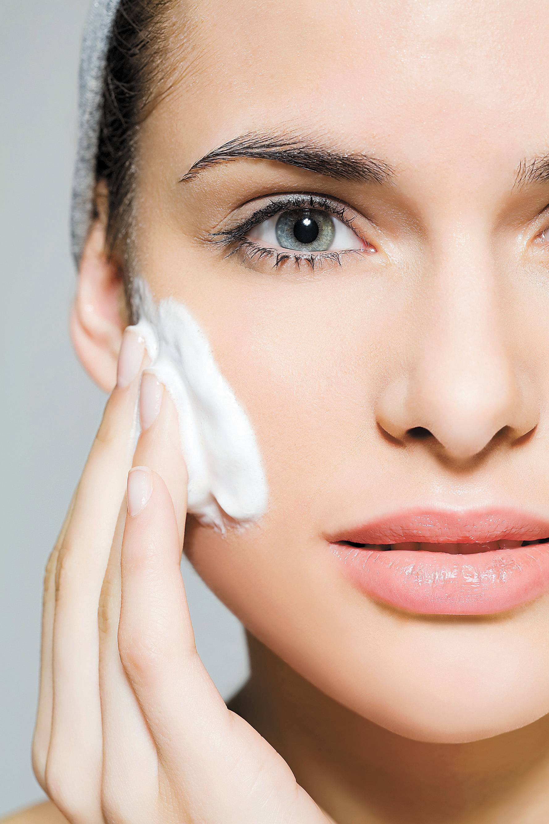 Rosto: como é rico em glândulas sebáceas, fuja de produtos gordurosos que podem deixar a pele oleosa. E não esqueça do protetor solar que deve ser usado sempre depois do hidratante   Folhapress