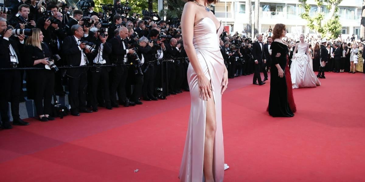 Supermodelo sufre desperfecto con su vestuario en Cannes