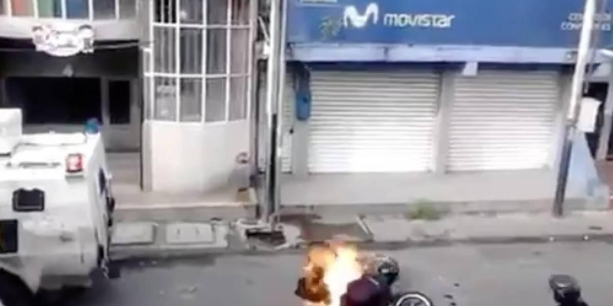 Captan policía quemando motora en Venezuela