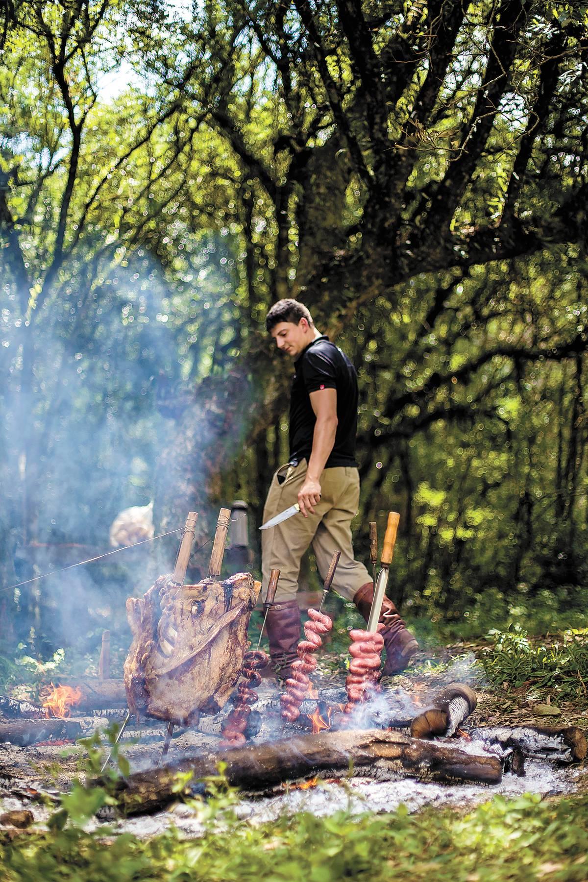 Ricardo Nosini, 30 anos, faz churrasco semanalmente na região | Bruna Prado e Anassilvia Bortoluzzi