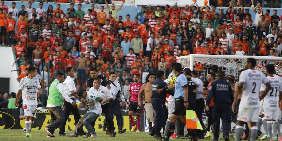 Multa y aviso de veto de estadio para Jaguares tras invasión de cancha