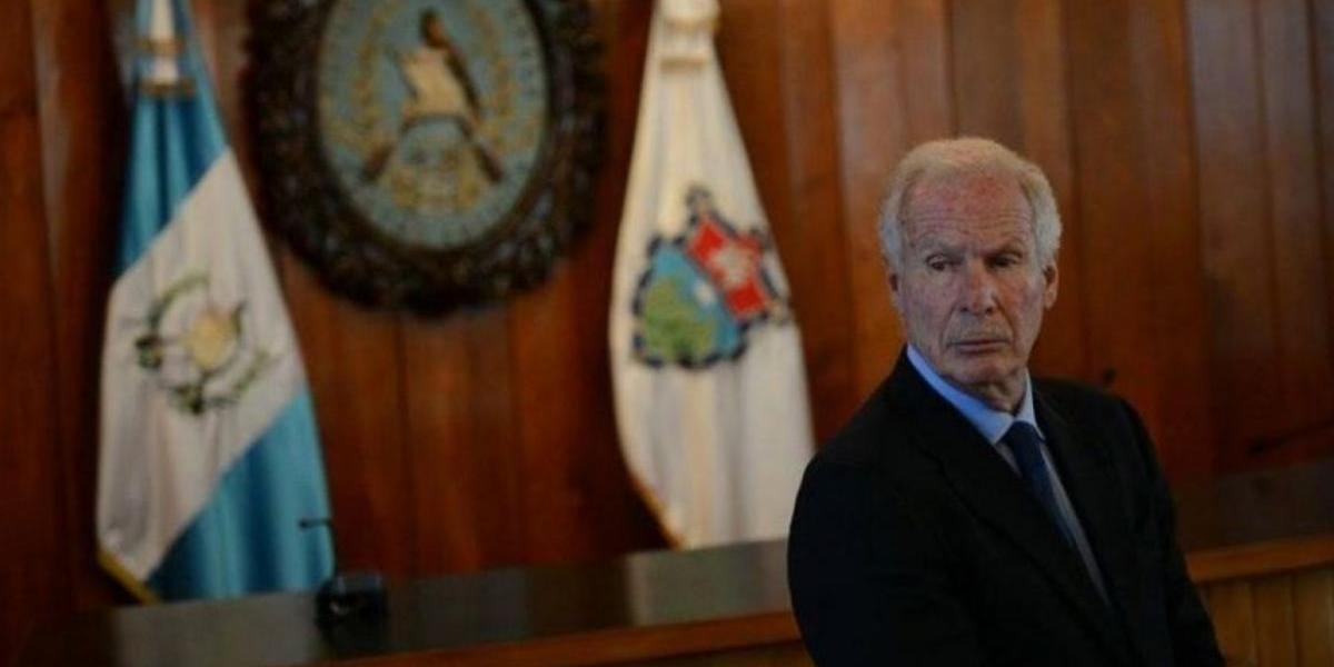"""Alcalde Álvaro Arzú refuerza su seguridad privada con un """"león"""""""