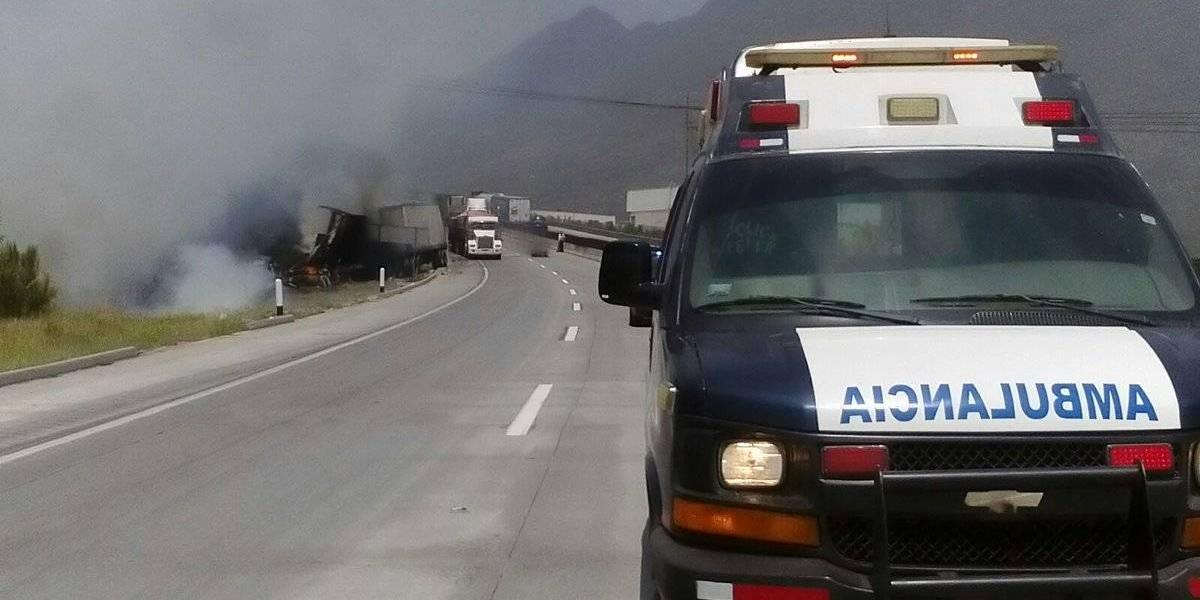 Carambola de 2 tráileres y un auto en la autopista Saltillo-Monterrey deja un muerto