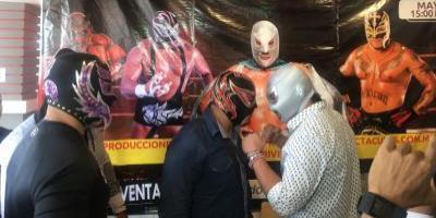 VIDEO. El Santo Jr. y Silver King cerca de los golpes en restaurante de Guatemala