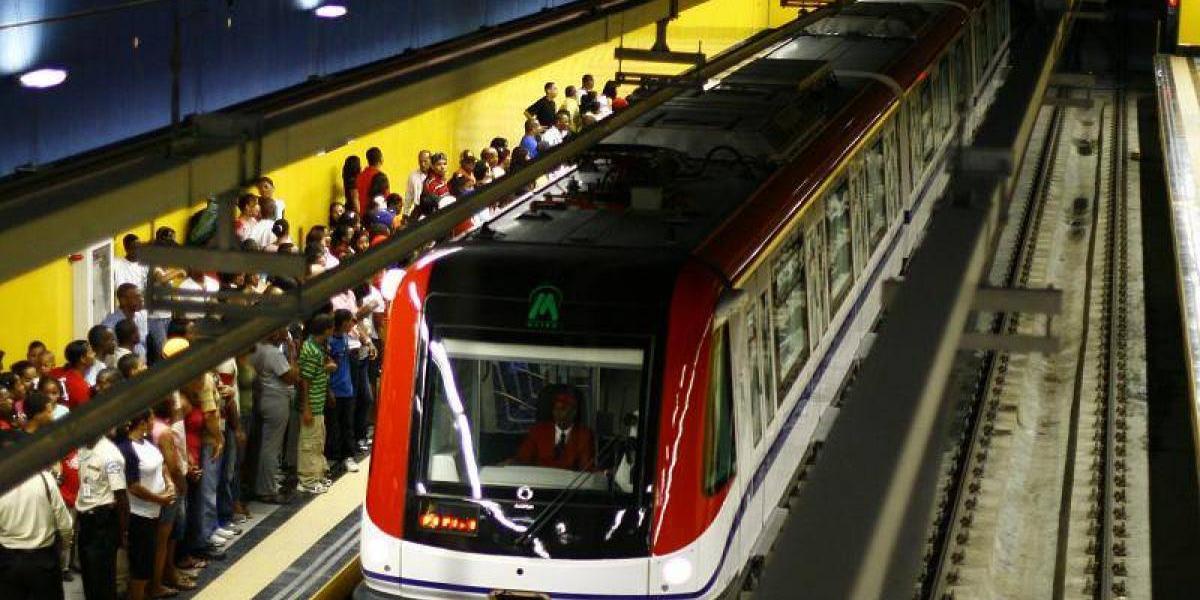 Segunda línea del Metro presenta falla afectando a cientos de usuarios