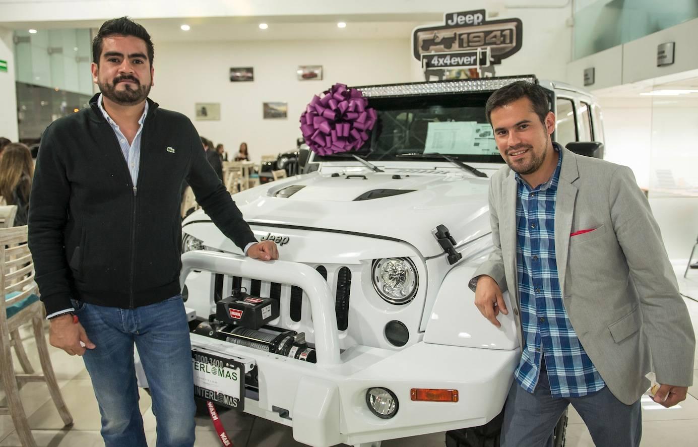 Javier Salero y Alberto Rodríguez, aprovecharon para posar junto al nuevo Jeep. JDS
