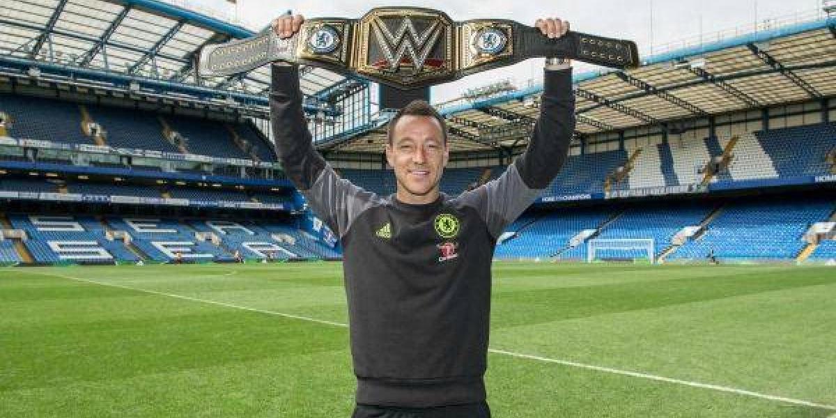 Chelsea celebra título con un cinturón especial de la WWE