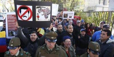 Venezolanos en Chile protestan contra Gobierno de Maduro cerca de la embajada