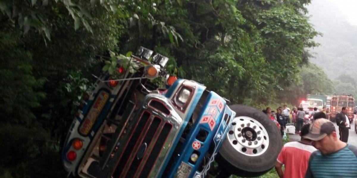 Vuelca bus extraurbano que transportaba 70 pasajeros