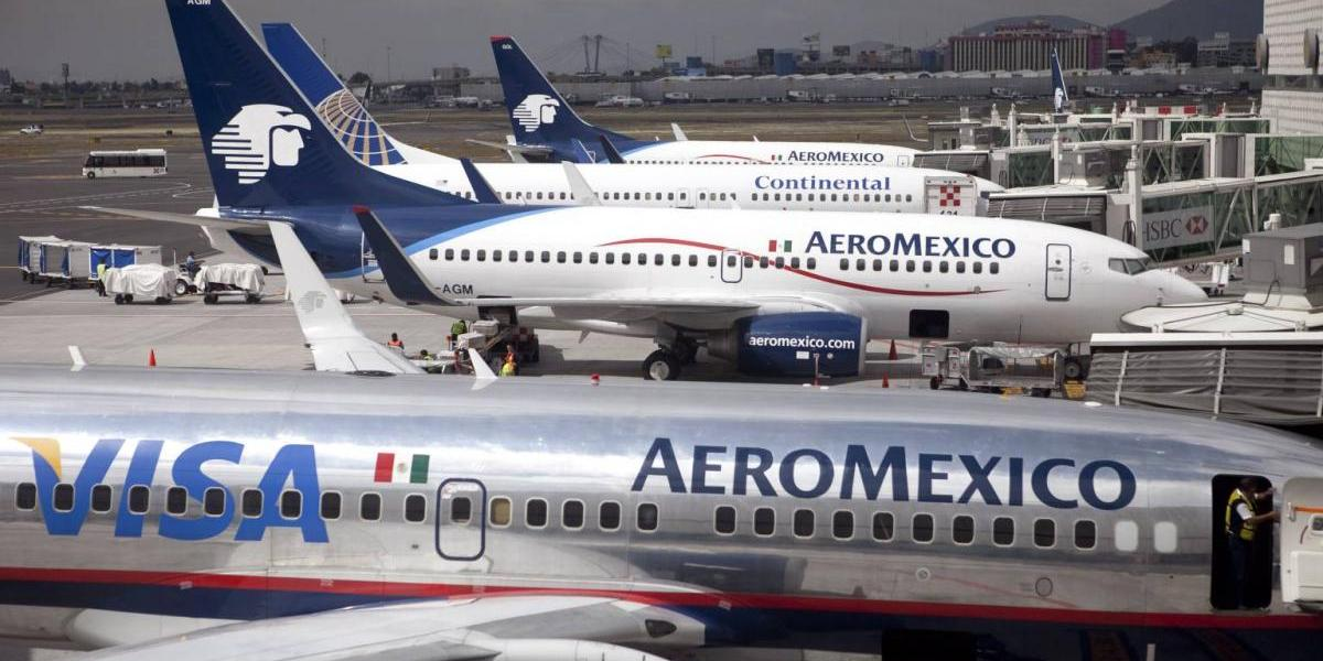 Avión de aerolínea mexicana choca con un camión