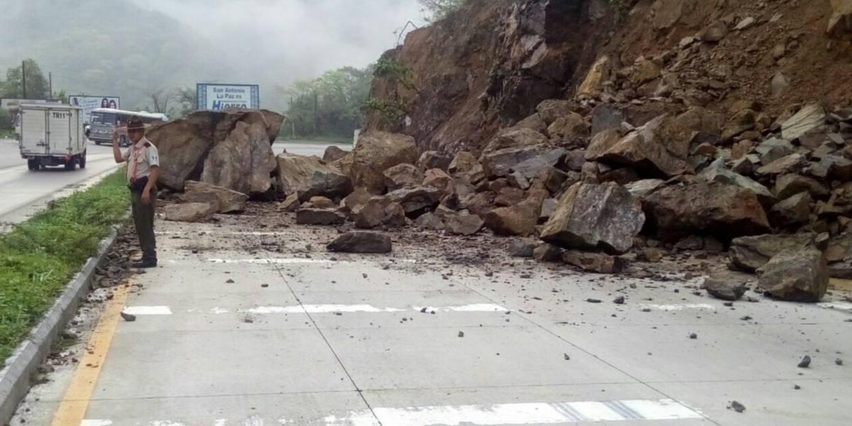 Derrumbes obstaculizan vía en ruta al Atlántico