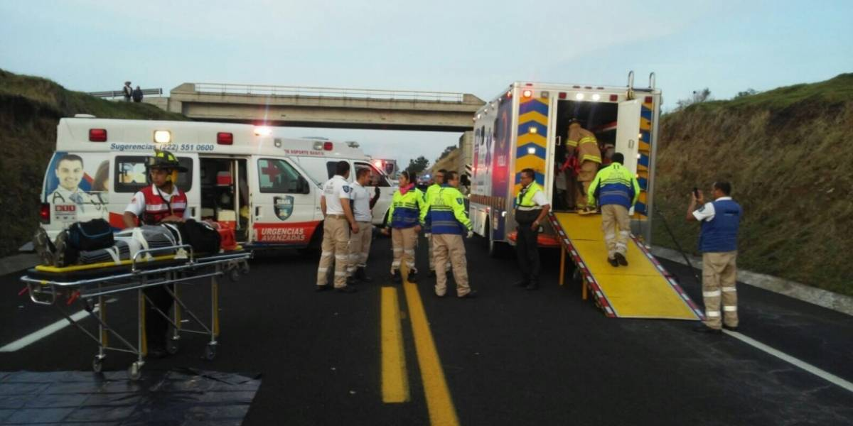 Choque en autopista a Puebla deja un muerto y 30 heridos