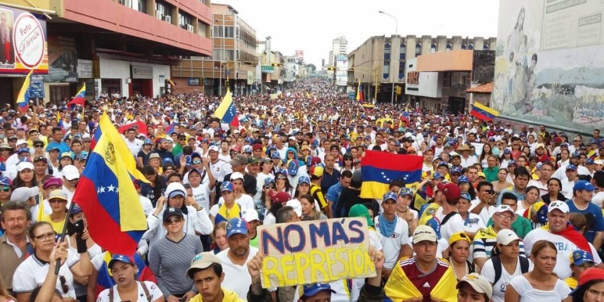Venezolanos bloquean arterias de la capital