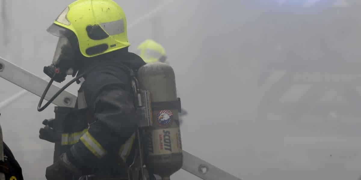 Incendio de tres automóviles obligó a evacuar edificio de siete pisos en Ñuñoa