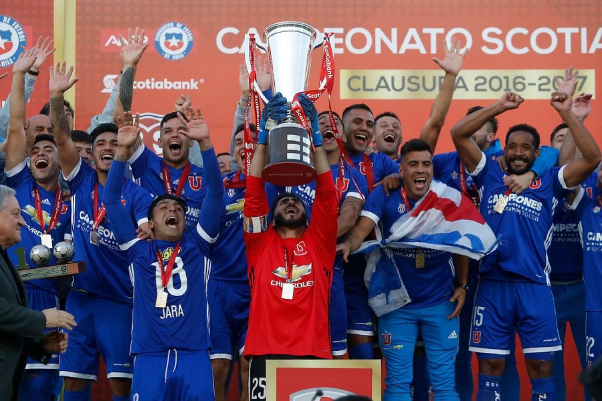 Johnny Herrera levantando el trofeo del Clausura 2016-2017, que tuvo a Ángel Guillermo Hoyos en el banco / Photosport