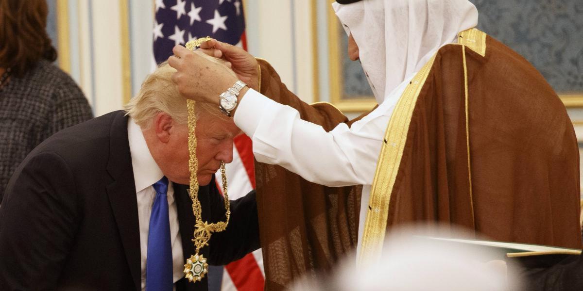 """Trump recibe trato de """"rey"""" en visita a Arabia Saudita, su primer viaje internacional"""