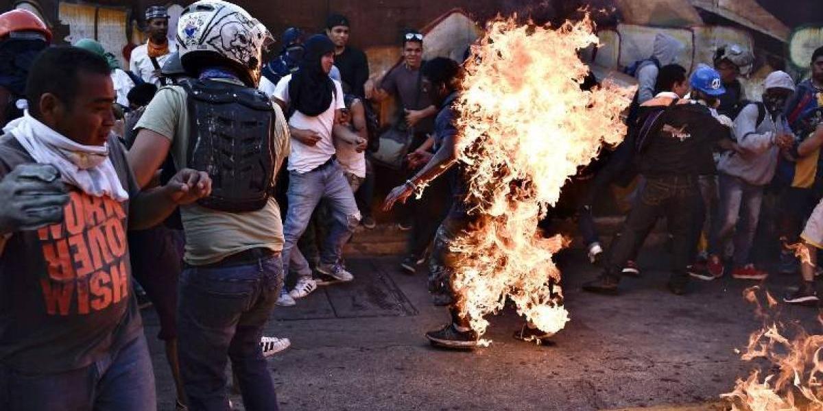 Manifestantes opositores a Nicolás Maduro prendieron fuego a un joven